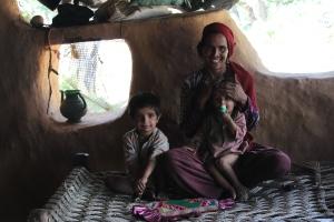 Sami bibi med barnen Sonia och Suleyman i byn Jaidra.