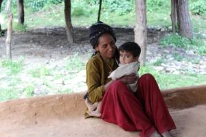 Fatima bibi med sin 1-åriga son i byn Jaidra