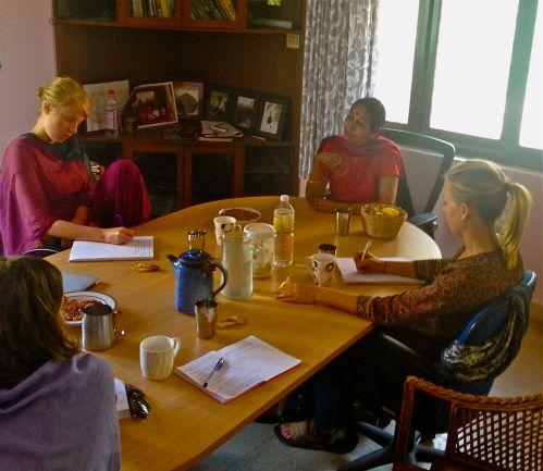 Diskussion på Svalornas Indienkontor i Bangalore med feministen och kvinnorättsaktivisten Asha Ramesh