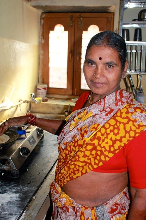 Shekundana står och gör roti till vår lunch. Foto: Kajsa Sennemark Aldman