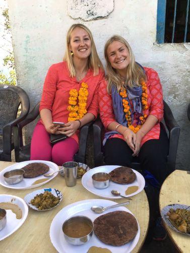 Linnéa och jag på lunchbjudning i byn Jakh