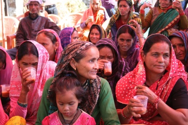 Janki Devi och Shoshila dricker chai och lyssnar bland publiken
