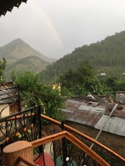 En regnbåge sedd från balkongen på vårt hus