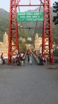 Karin och Fanny på väg över bron