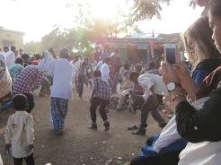 På besök i en lokal by för tradtionellt festivalfirande.