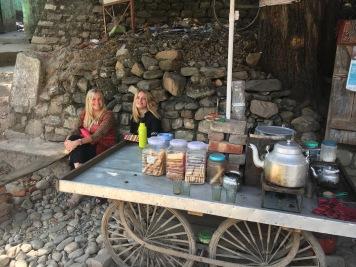 Caroline och Karin inväntar en efterlängtad kopp chai, som ska smaka ingefära och massvis med socker.
