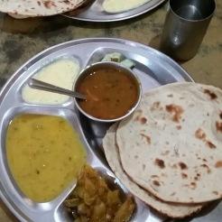 Flera olika såser serveras på Sangham Hotel. Här har vi daal, paneer, saabji (grönsaker) och chapati.
