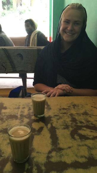 När vi inte orkar gå till de andra caféerna längre bort på gatan, tar vi vårt dagliga chai på restaurangen.