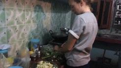 Fanny står, som många andra kvällar, och förbereder vår middag.