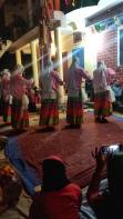 Männen dansar utklädda till kvinnor
