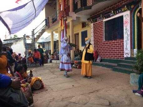 Dansare i vitt och präst i gult
