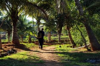 Julia på väg till en av de kollektiva gårdarna