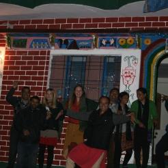 Karin och Fanny tillsammans med våra kollegor och vänner från UYRDC utanför Kewars tempel.