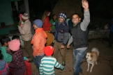 Varun och Rinko dansar tillsammans med grannar och familj.