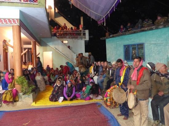 Vi (sittandes på muren till höger) väntar på att föreställningen ska börja. Foto: Siddharth Singh Negi
