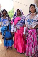Bilden visar tre av stamkvinnorna i byn. I mitten ser du en gruppledare för byns kvinnliga bönder, Bhuli. Fotograf: Louis Eberstål