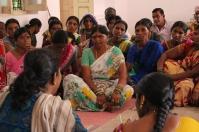 Bilden gruppledare Maroni, klädd i grön sari, under dagens sangham möte. Fotograf: Louis Eberstål