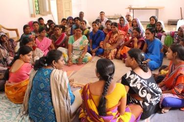 På bilden ser du Anita från Svalornas India Office och Krishna från DDS, i samtal med de kvinnliga bönderna i byn. Fotograf: Louis Eberstål