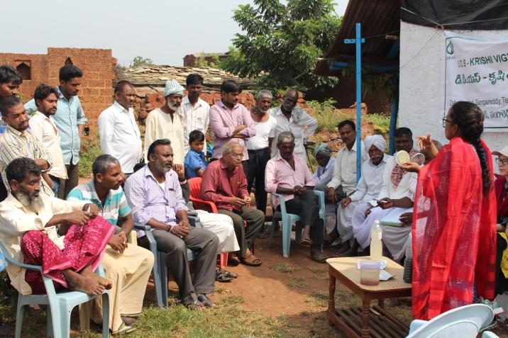 Shailaja håller i utbildning för bönderna i byn Kashimpur. Foto: Anna Vikström