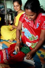 Asha har också deltagit i en sömnadskurs, och återanvänder allt hon kan hitta för att dekorera de blusar hon syr.
