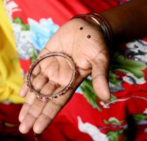 Här har pärlor från ett bortslängt armband blivit material för nya blusar.