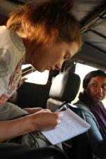 När vi var på fältbesök i Hasanur gjorde Heidi en effektiv intervju i Jeepen.